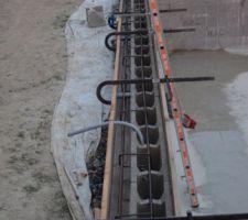 Coffrage et ferraillage de l'arase terminé. Arrosage avant coulée demain matin