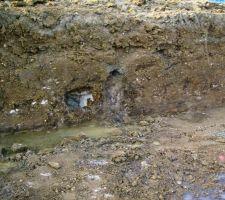 Ruisselement constant d'eau provenant du terrain
