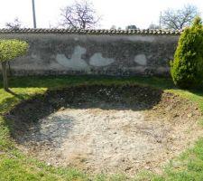 Terrain avant terrassement, avec des vestiges d'une ancienne piscine hors sol