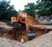 Le trou a été creusé à l'été 2010 car j'avais besoin de remblai.