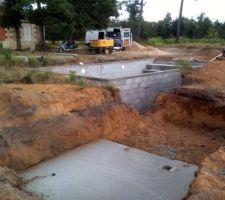 Coulage de la dalle du local technique (2 * 2 m) à 1 m de profondeur (sous l'arase de la piscine) et à 2,5 m de la longueur et de la largeur de la piscine soit 3.5 m d'angle à angle.