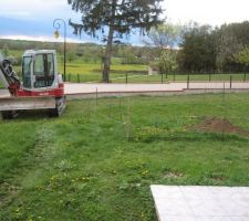 Jeudi 12/04/2012. Adieu pelouse, place au terrassement.