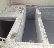 De gauche à droite :  - trappe d?accès au local technique qui se trouve en sous sol autour de la piscine. - logement pour le volet roulant. - extrémité de la piscine