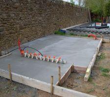 La dalle du local technique et de la cuisine d'été. Les joints du mur seront à refaire...!