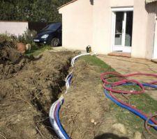 Gaines (évac puits décompression et vidange piscine en blanc, eau en bleu et électricité en rouge)