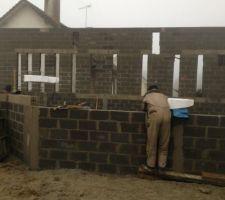 Mur avec les futures colonnes de paves de verre