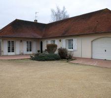 Le bassin sera situé entre la terrasse et la pente de garage (a la place des arbustes.