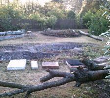 Nous avons aussi vider les 2 bassins, enlever les poissons, couper notre cerisier fleurs, qui avait au moins 20 ans (sniff, sniff) et continuer à enlever le barbecue.