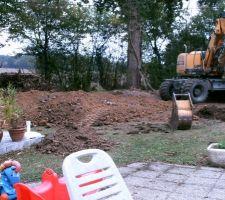 Tas de terre en formation suite au creusage de la piscine