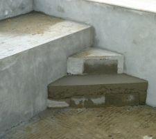Il ne manque plus que l'enduit sur les deux dernieres marches de l'escalier