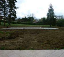 Remise ne place des terres pour refermer la tranchée technique, il ne reste PLUS que le mtoculteur, la pelouse, de l'eau, la patience...