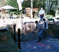 Les ouvriers tirent le béton