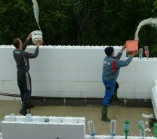 On enlève un peu d'eau de pluie pour travailler les pieds plus au sec