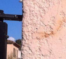 Pilier du portail fissuré par la charge trop importante de terre dans le camion qui a cabré et zigzagué entre les deux piliers