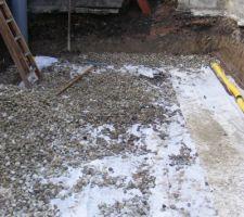 Puits de décompression ,géotextile   et drainage installé , empierrage en cours