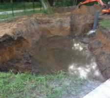 Et voila la première journée le trou est creusé et le puit de décompression est fait mais y a de l eau