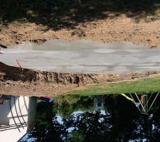 La voilà enfin la dalle de notre piscine!! 15 cm de beton sur herisson.