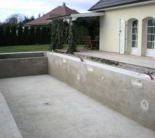 Dalle béton autour de la piscine