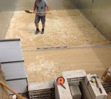Mise en place du sable en 02 très fin tirage à la règle pour être de niveau comme une chape béton bien mouillé le sable