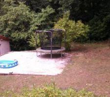 Autre vue de l'emplacement de la piscine et du garage