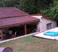 L'emplacement piscine et la terasse en contrebas