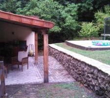 Vue de la terrasse et de l'emplacement piscine